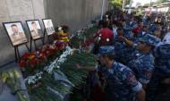 Հարյուրավոր քաղաքացիներ հարգանքի տուրք են մատուցում զինված խմբավորման կողմից սպանված ոստիկանների հիշատակին