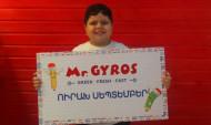 Սեպտեմբերի 1-ին համացանցում աստղ դարձած փոքրիկ Արայիկը Mr.Gyros-ի կողմից նվեր է ստացել